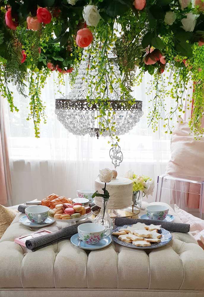 Se o chá da tarde não puder acontecer do lado de fora, traga a natureza para dentro