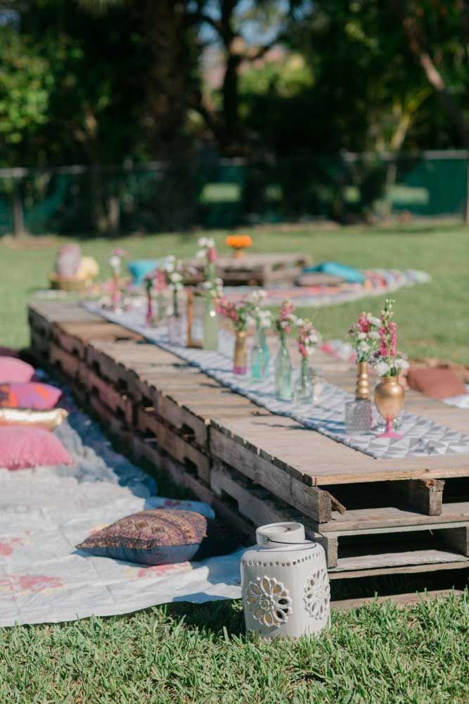 Já para um chá da tarde descontraído, aposte em pallets como mesa e forre um pano no chão para os convidados se sentarem