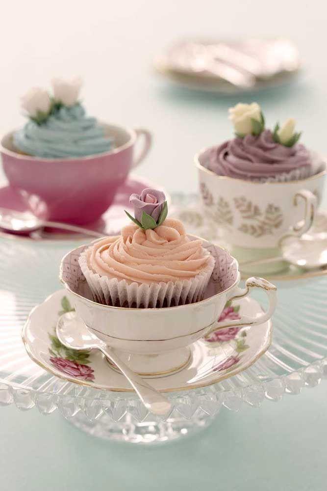 Inove sem perder a delicadeza do chá da tarde; como nessa imagem, em que os cupcakes foram servidos na xícara