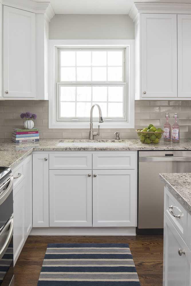 Projeto de cozinha branca clássica com granito cinza arabesco; no chão um belo piso de madeira