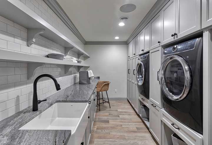 Complemente a proposta da cozinha cinza com detalhes em preto; o resultado fica moderno e elegante