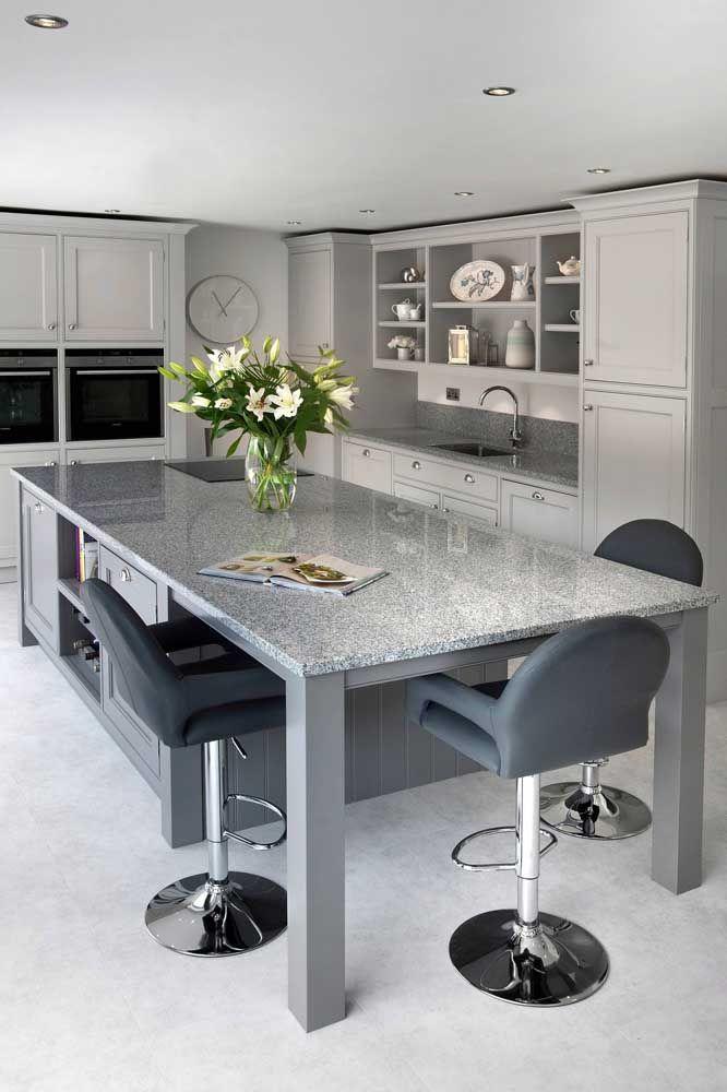Versátil, o granito cinza pode ser usada para balcões, bancadas e até como mesa, sem perder o charme