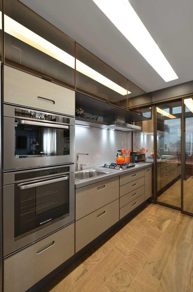 Essa cozinha moderna e aconchegante apostou na uniformidade do granito cinza absoluto