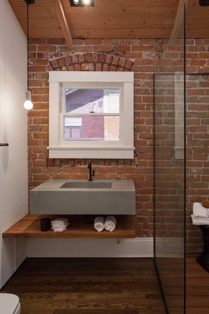 O cinza absoluto também se encaixa perfeitamente em propostas de banheiro rústico moderno,