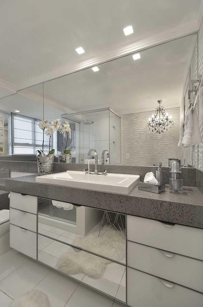 Branco, cinza e muitos espelhos para criar um banheiro sofisticado e glamouroso