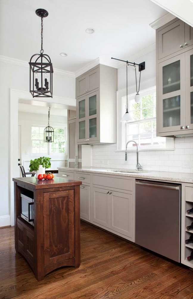 O contraste entre o branco, o cinza e a madeira são o destaque dessa cozinha