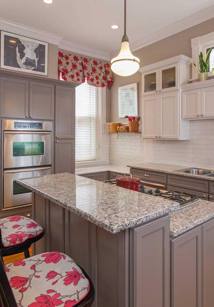 Sem medo de ser feliz, essa cozinha tirou proveito da beleza natural do granito cinza andorinha e ainda apostou na cor e na alegria da estampa floral