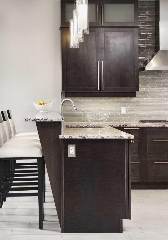 O granito cinza fica ainda mais bonito quando combinado a móveis escuros