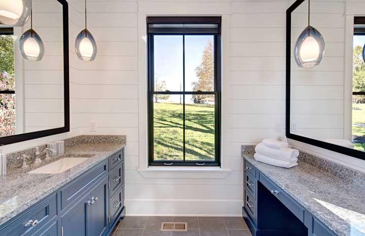 E por falar em azul, repare como o granito cinza andorinha se harmonizou bem com os móveis azul royal do banheiro.