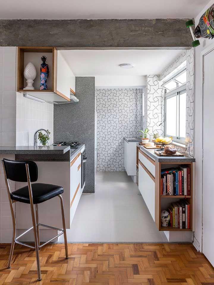 Diferentes revestimentos cinzas na mesma cozinha: granito cinza corumbá, cimento queimado e revestimento geométrico