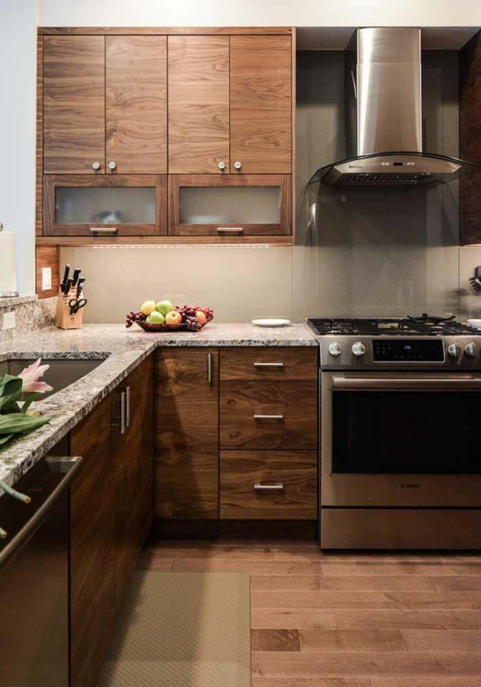 A acolhedora e confortável combinação entre granito cinza e madeira
