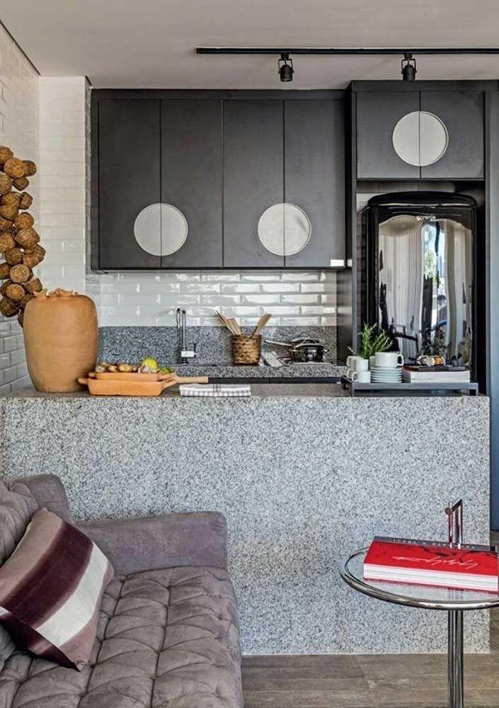 Tire proveito das granulações marcantes do granito cinza corumbá e insira-os na decoração