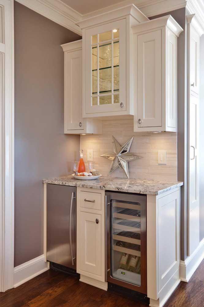 Nessa cozinha, o pequeno balcão foi feito com granito cinza, para combinar, parede e móveis no mesmo tom