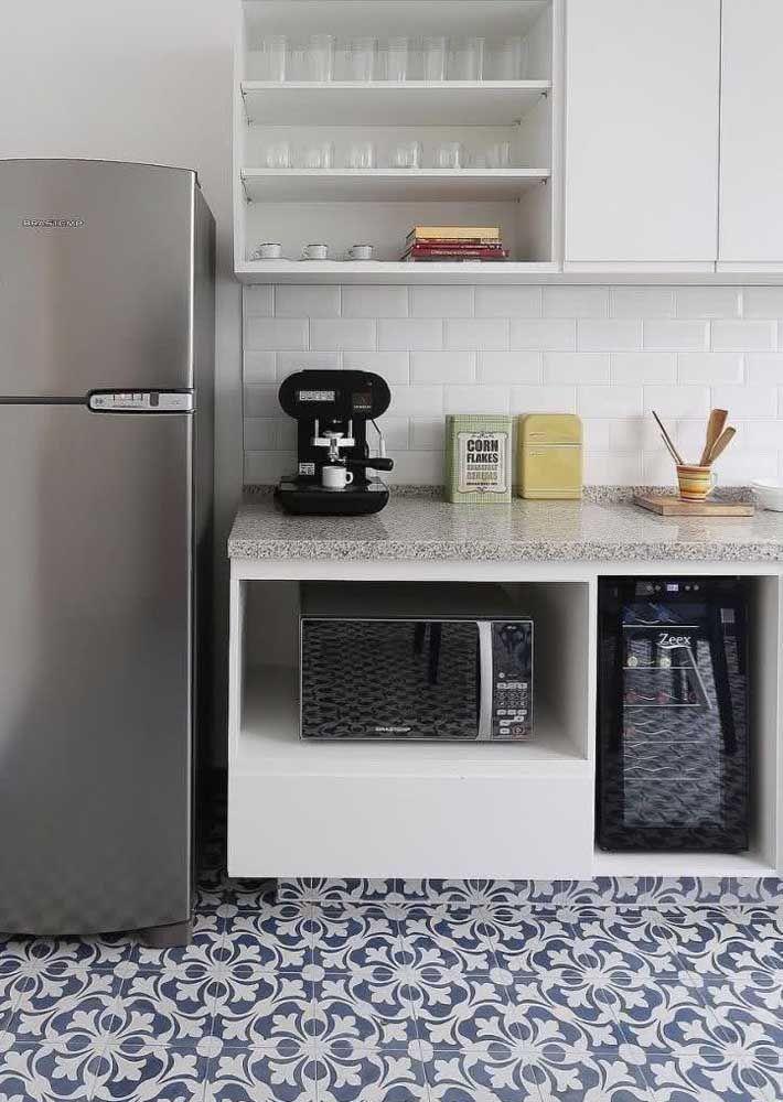 Arabesco no chão e granito cinza nobre na bancada: uma combinação marcante, mas sem poluir o visual da cozinha
