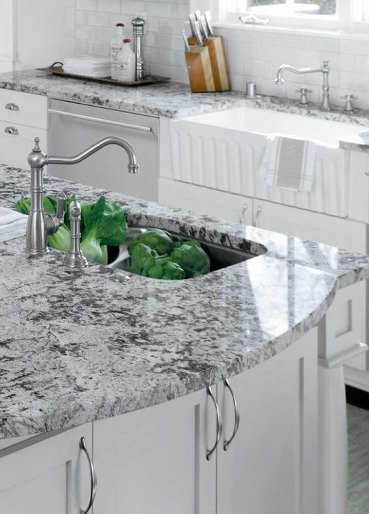 Nada melhor para uma cozinha de estilo clássico do que pedras de tom neutro, como o granito cinza nobre