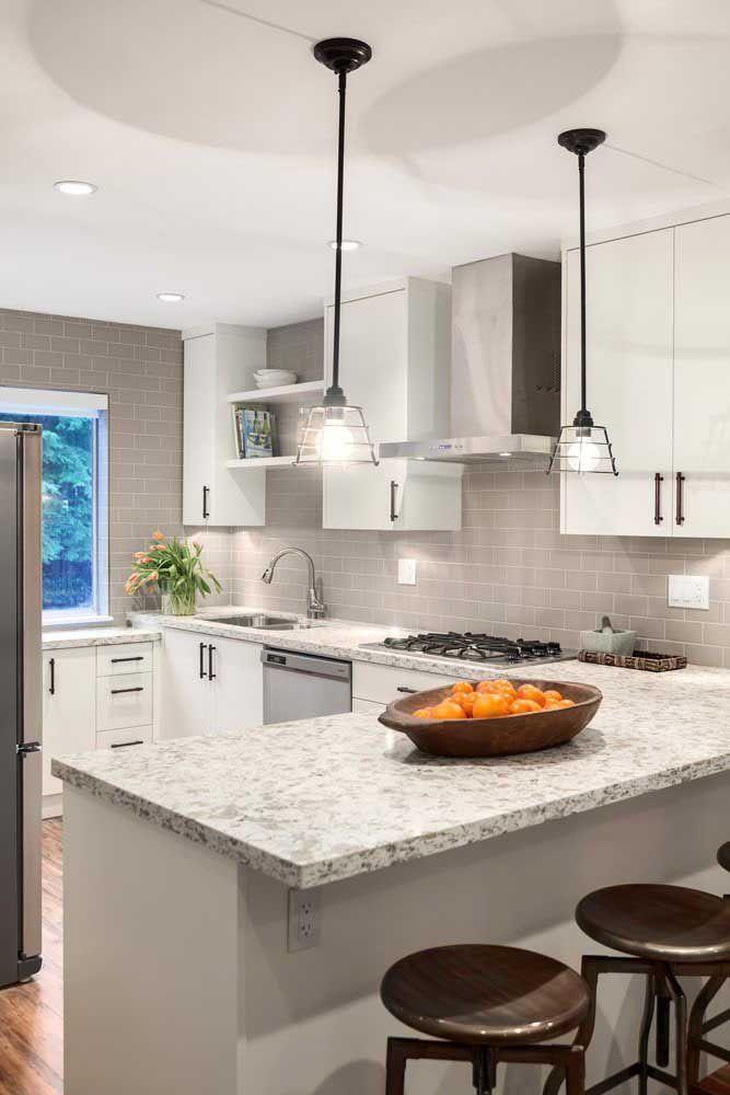 Neutra e moderna, essa cozinha não teve dificuldades em inserir o granito cinza arabesco