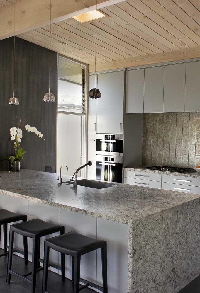 Ilha de cozinha toda revestida com granito cinza ocre itabira