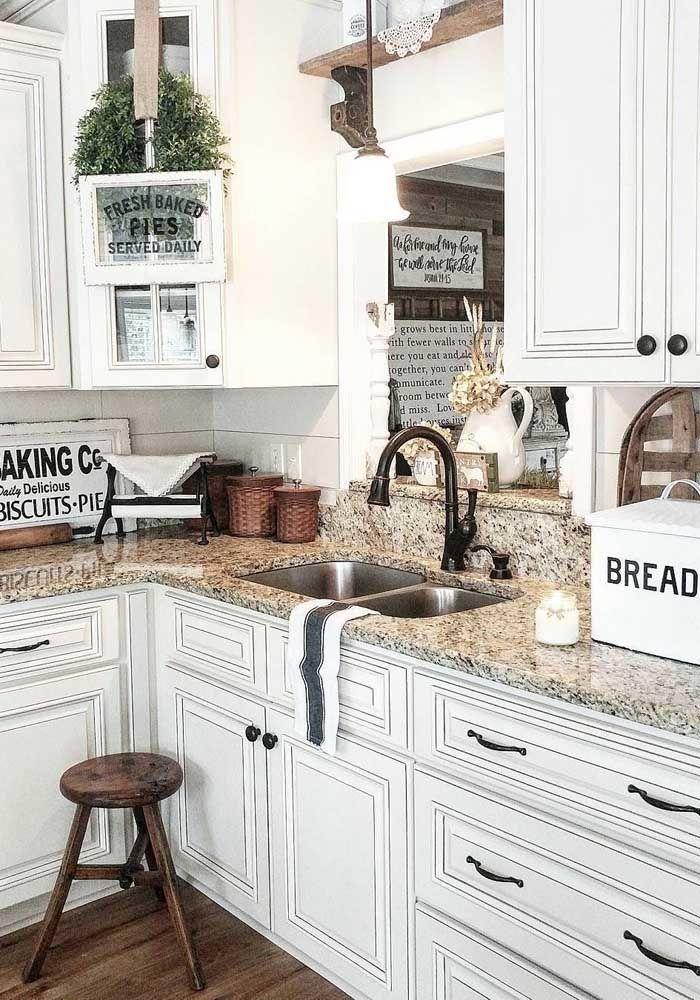 Repare como o tom amarelado desse granito deixa a cozinha acolhedora