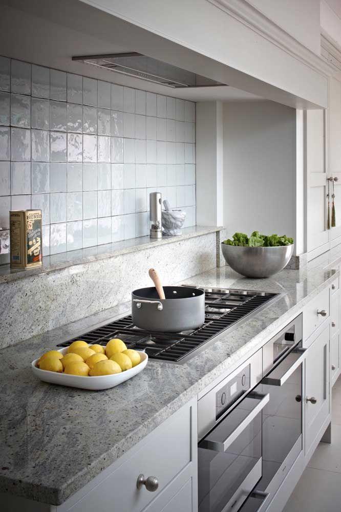 Granito cinza prata na bancada da cozinha
