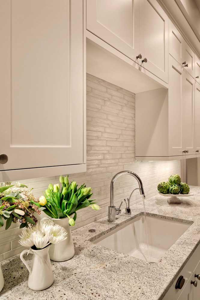 Classe e elegância nessa cozinha branca com bancada de granito cinza