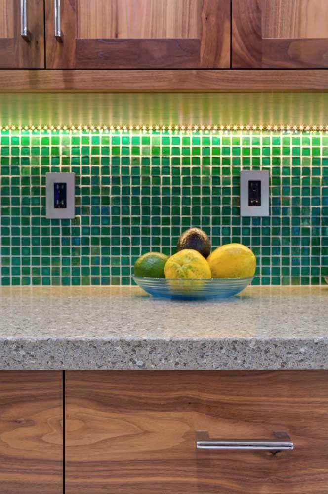 Combinação marcante para o granito Ás de Paus: pastilhas verdes e móveis de madeira
