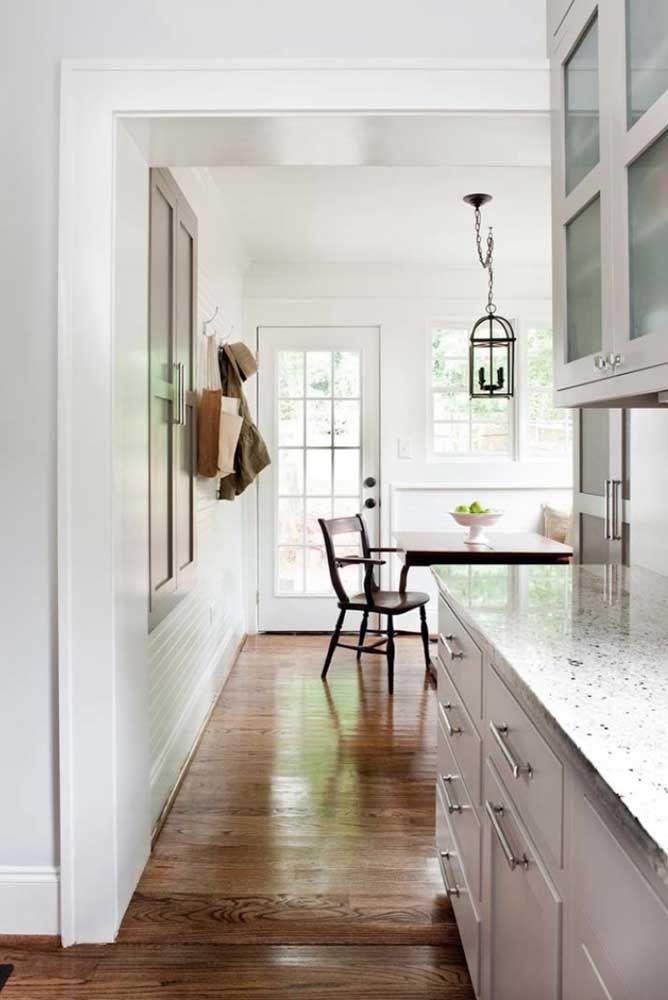 A casa bem iluminada e de decoração clean apostou na neutralidade do granito cinza Ás de Paus