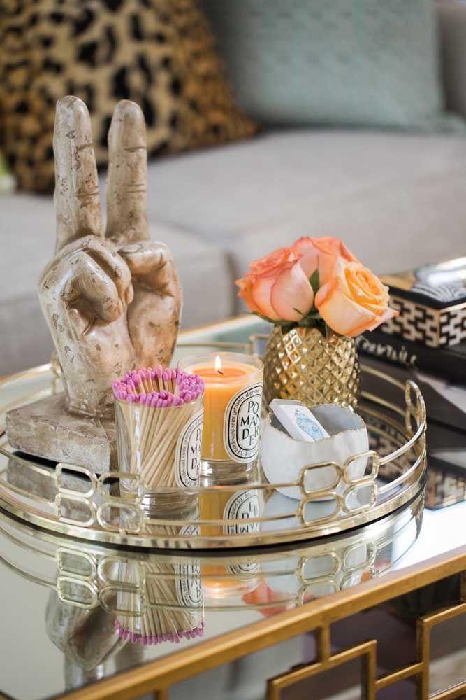 Bandeja de vidro com detalhes em dourado para reunir em um único lugar todos os seus bibelôs