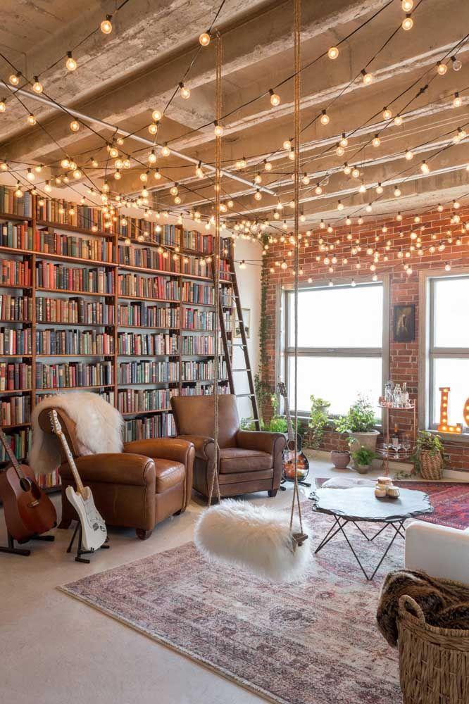 Varal de lâmpadas, livros, instrumentos musicais, o que mais você consegue localizar nessa sala? Apesar da quantidade de enfeites a decoração não ficou poluída