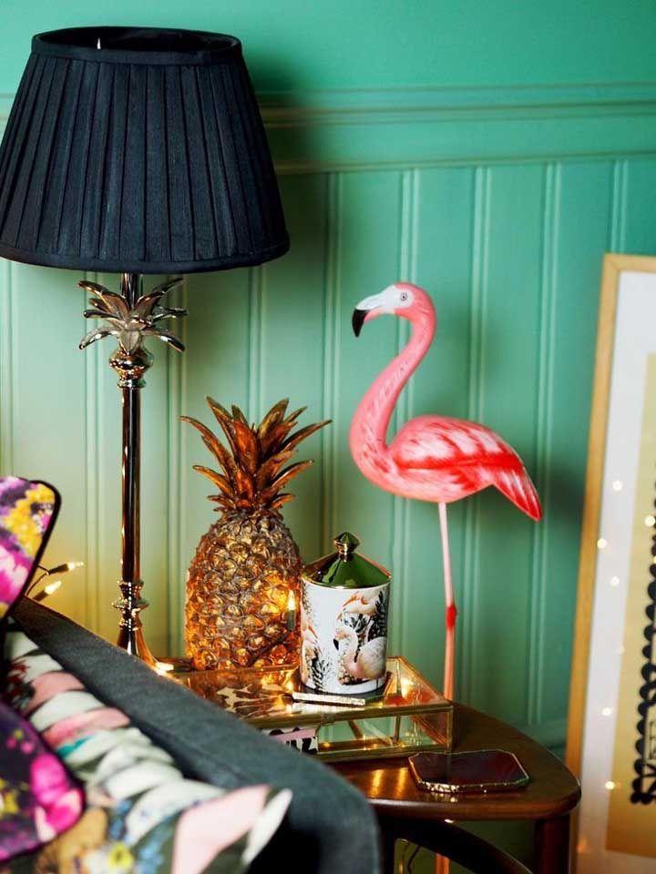 Elementos da moda para compor a decoração: flamingos e abacaxis