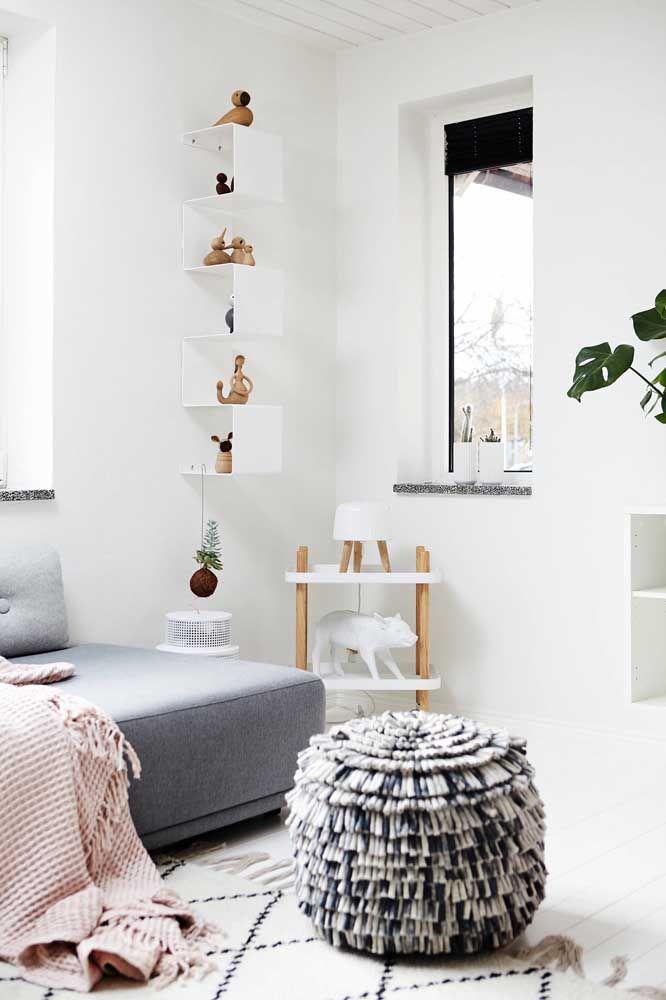 Para a sala de estilo escandinavo, a opção foi por enfeites de madeira