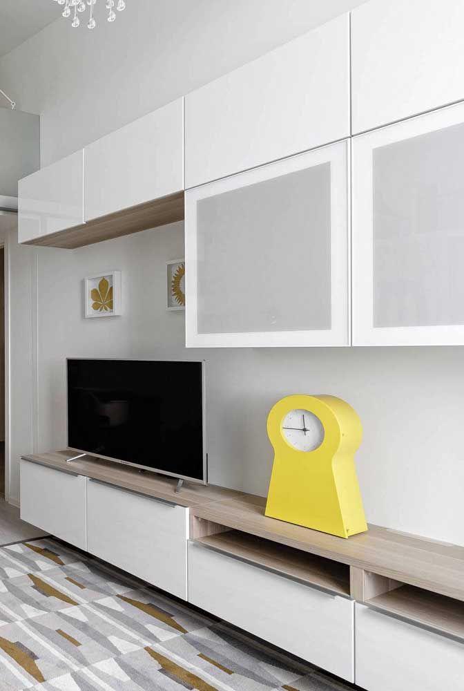 Sala clean e minimalista tem enfeite? Sim, mas bem poucos e expressivos