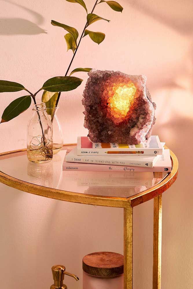 Planta, livros e uma bela ametista iluminada para criar um cantinho cheio de boas energias na sala