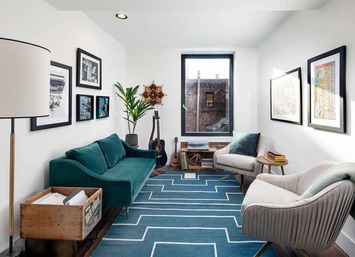 E sempre que possível opte por elementos que favoreçam as dimensões da sala, como é o caso desse tapete que ajuda a dar profundidade ao ambiente