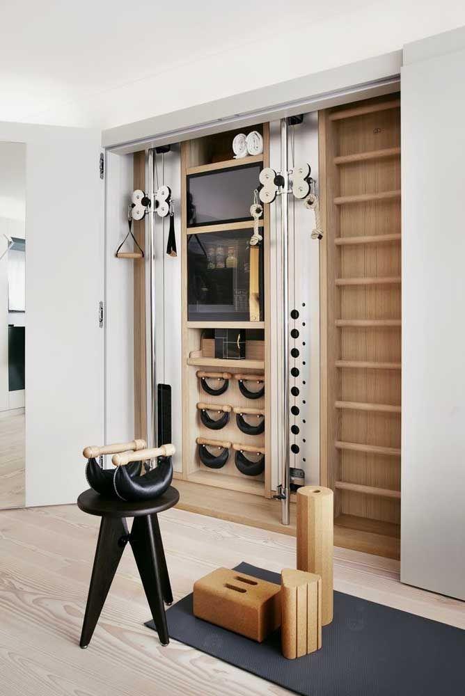 O armário com porta de correr esconde todos os equipamentos necessários para o treino