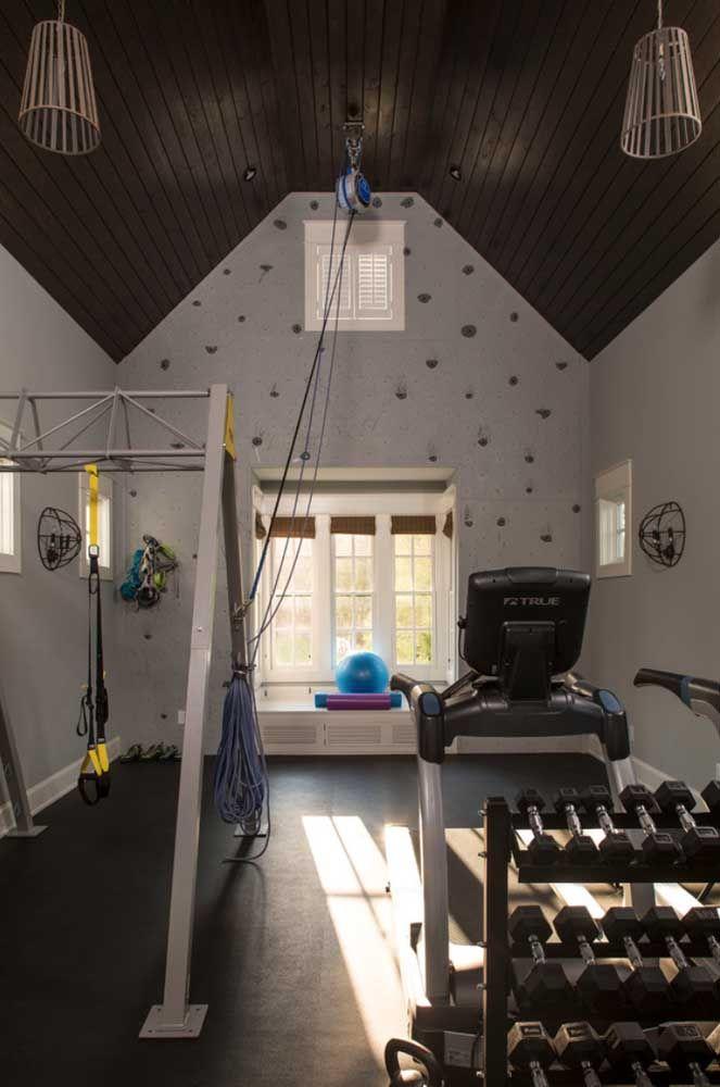 Academia em casa com parede de escalada