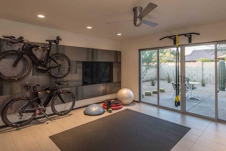 Academia com espaço para guardar as bikes