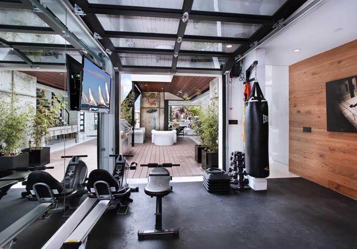 A proposta aqui foi integrar a academia a sala de estar em uma proposta moderna e jovial