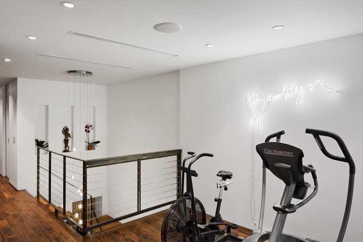 O que acha de instalar a academia naquele cantinho renegado da casa? Talvez embaixo da escada ou no corredor