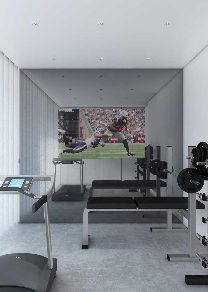 A sugestão aqui é revestir a parede com espelho e instalar uma TV no centro