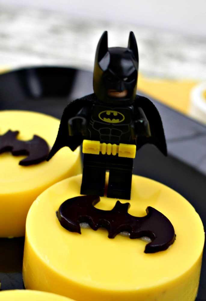 Use um boneco lego do Batman para colocar no topo do bolo.