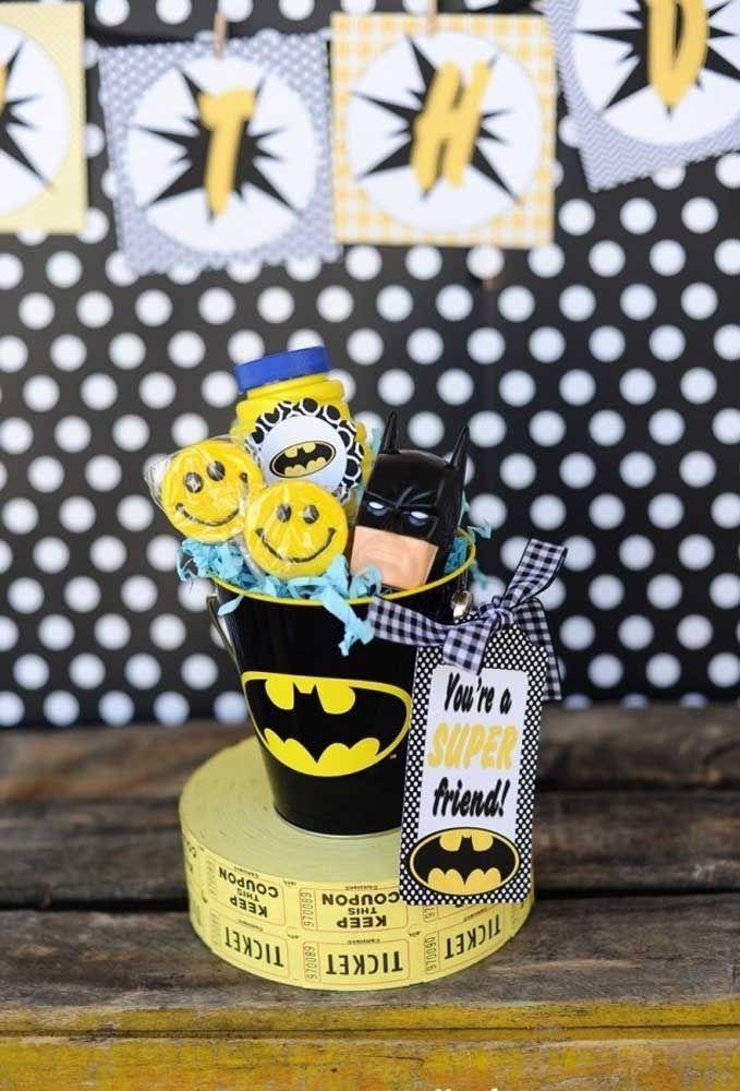 Prepare um copo personalizado com o tema Batman, coloque algumas guloseimas dentro e não esqueça de colocar o personagem.
