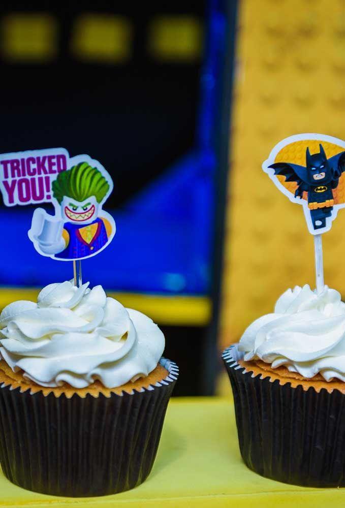 Na hora de decorar os doces da festa, não esqueça de identificá-los. Para isso, você pode usar tanto o Batman quanto o Coringa.