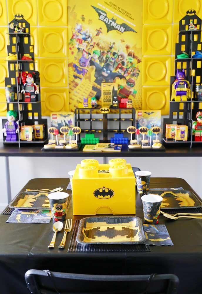 Você pode usar o brinquedo lego como a base da decoração com o tema Batman. Além de ser mais prático, tudo se torna mais divertido.