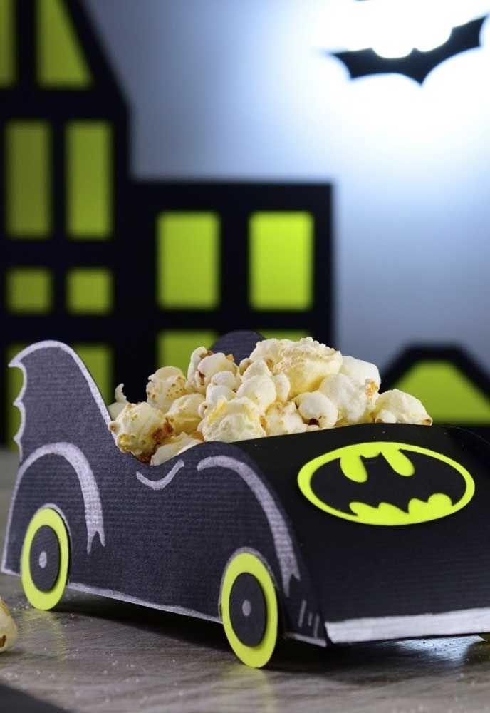 Que tal servir pipoca dentro do carro do Batman? As crianças vão ficar enlouquecidas.