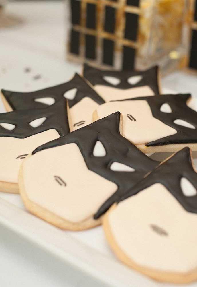 Personalize os biscoitos com a carinha do Homem morcego.