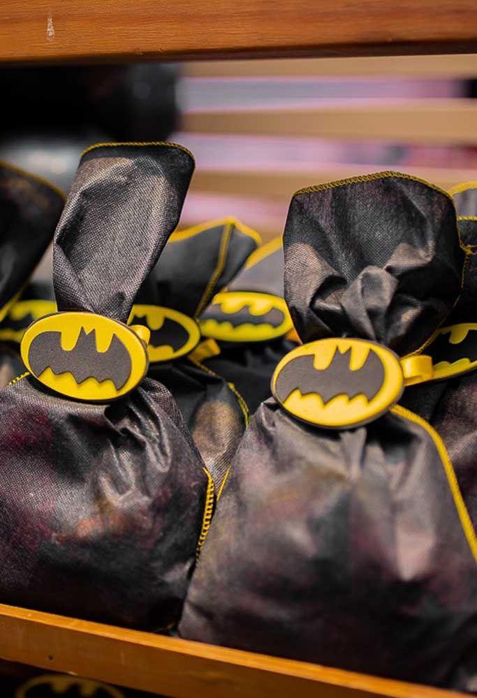 Para fazer as lembrancinhas, mande fazer alguns sacos pretos com detalhes amarelo e feche com uma presilha com o símbolo do Batman.