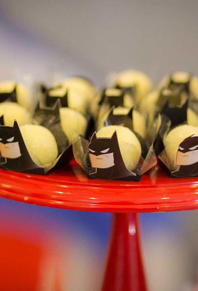 Até as caixetas para colocar os doces devem entrar na onda da personalização com o tema Batman.