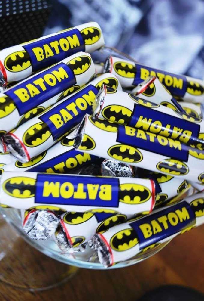Conhece o chocolate batom? Faça uma embalagem personalizada de acordo com o tema da festa para distribui-los aos convidados. Quem vai resistir?