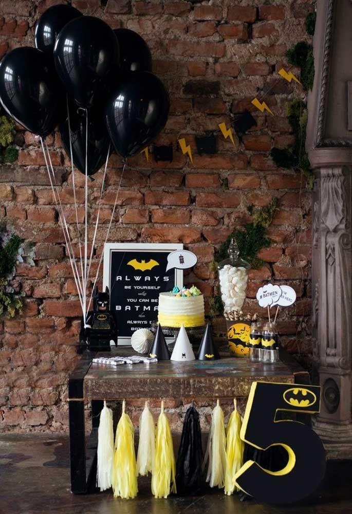Uma festa simples não quer dizer que não possa ser decorada devidamente com o tema escolhido. Para isso, basta usar alguns elementos que fazem referência ao Batman.