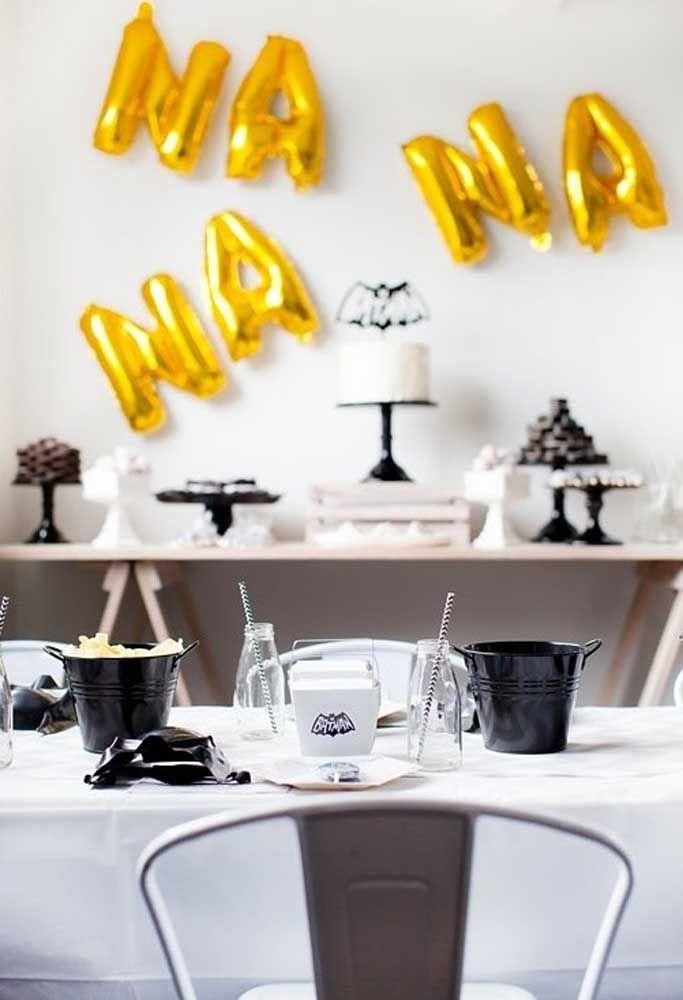 Com alguns objetos e elementos decorativos é possível fazer uma festa simples, mas com muito amor para comemorar o aniversário do seu filho com o tema Batman.